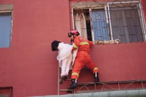 消防战士火速把梯子架好,将其成功救下 救援现场■消防供图