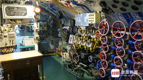 指挥舱里各种操作设备。