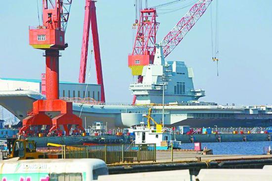 23日,国产航母在船坞中已经整装待发。