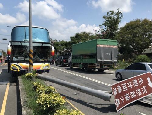 陆客团游览车在台发生事故,6人轻伤送医。(图片来源:台湾《联合报》)