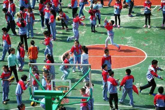 学校大课间,因为操场容量有限,是按照周一至周五的时间安排不同的年级出来活动。记者 彭年 摄