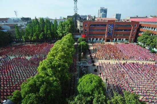 邾城一小有4400名小学生,每周一的升旗仪式场面壮观。记者 彭年 摄