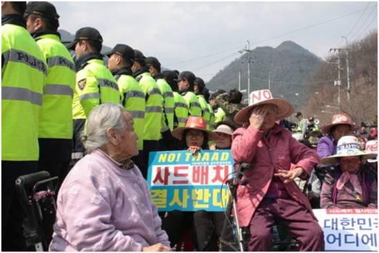 """可实在使人""""倍感悲伤""""的是,即便韩国谈吐、官场和民间云云作对,萨德还是运到了星州,而且登时就要安插了…"""