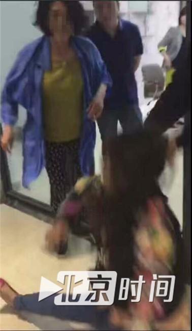 图为女记者被抱摔现场