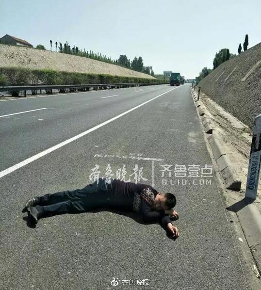 被拖到路边后,他换个姿势继续呼呼大睡