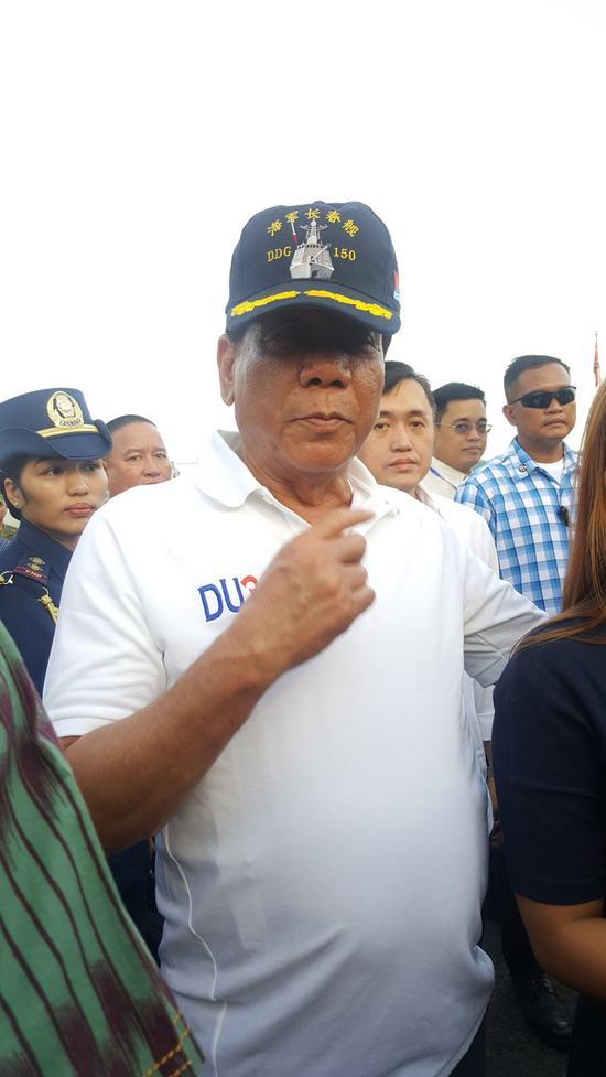 杜特尔特在拜访时还戴上了中国水师长春舰的一顶水师军帽。