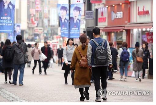 中国赴韩游客近期显著减少。图为今年3月,首尔著名购物区明洞的游客数量明显不如以往。(韩联社)