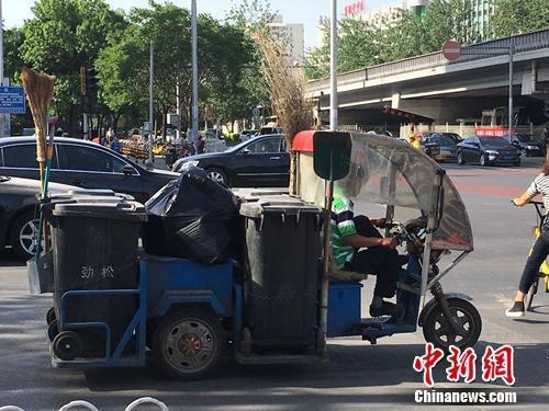 资料图:北京朝阳区劲松街道附近的垃圾车。汤琪 摄