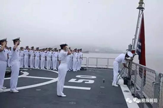 (韦慧晓参加升旗仪式)