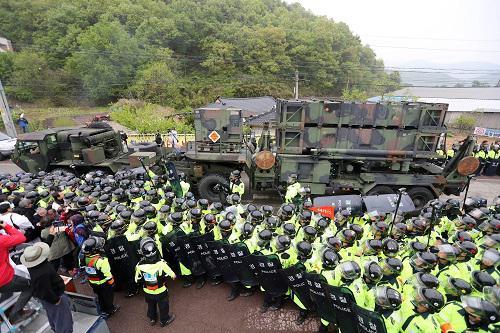 """4月26日,""""萨德""""部分装备在韩国星州郡部署,韩警方与当地居民发生冲突。新华社/韩联社"""