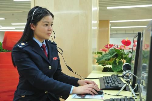 12366上海(国际)纳税服务中心工作人员正在接受咨询。本组图片由胡税轩摄