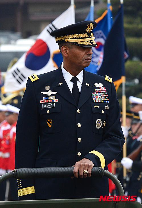 """去年8月走马上任的驻韩美军司令文森特·布鲁克斯上将,曾长期服役于第1骑兵师,他也是50余万""""大韩民国国军""""的最高指挥官"""