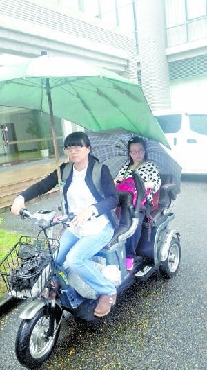 黄惠鹂骑车送女儿去上课。