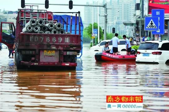 5月7日,受暴雨影响,广州增城中新镇中心出现水浸街,一艘公安的橡皮艇正在作业。南都记者 黎湛均摄