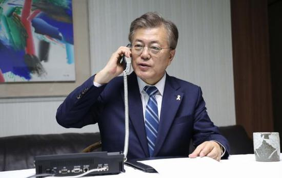 10日上午,在韩国青瓦台,文在寅与李淳镇通电话。