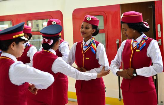 2016年10月1日,在埃塞俄比亚首都亚的斯亚贝巴拉布车站,埃塞俄比亚乘务员学习欢迎礼仪。新华社记者李百顺摄