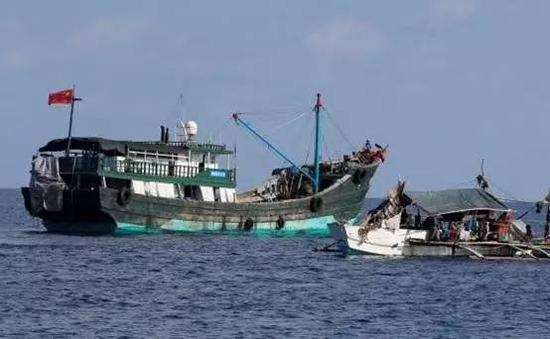 4月6日,黄岩岛附近海域,一艘菲律宾渔船(右)停泊在中国渔船旁。