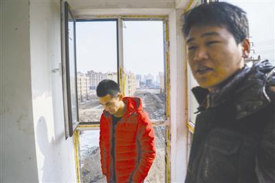 """孙竹久(图右)与几名已购房者相约来到香河,检察即将""""重修""""的屋子。"""