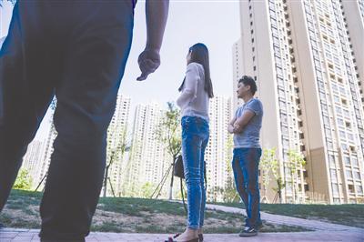 5月7日,河北大厂,赵斯明(图中)与丈夫在房产中介的领导下来到小区看一套二手房。