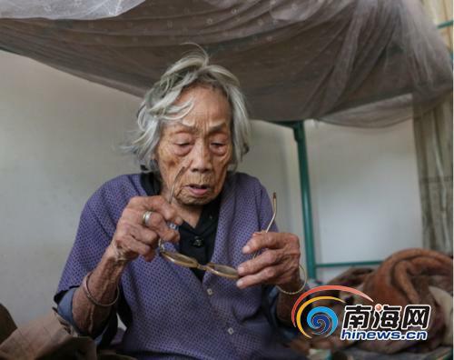4月21日在陵水本号镇敬老院拍摄的陈亚扁老人。陈厚志提供