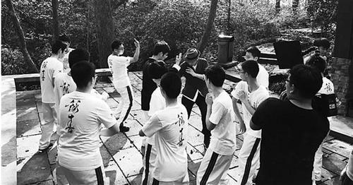 姜涵泷在栖霞岭上给孩子们上咏春拳课。