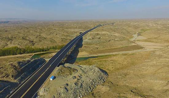 图为京新高速穿越戈壁,施工条件恶劣。(方久供图)