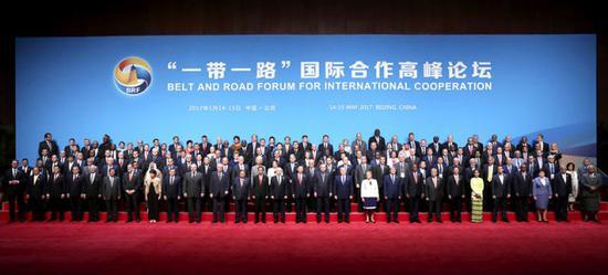 """5月14日,国家主席习近平同出席""""一带一路""""国际合作高峰论坛的代表们合影。新华社记者 庞兴雷 摄"""