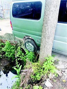 图为:警方发还赃物偷来的车被困