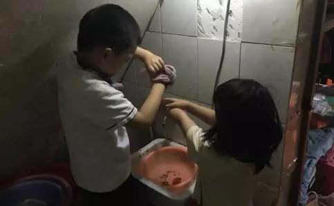 △ 哥哥帮妹妹洗脸