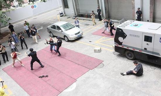 护卫员反抢实战演练。南方日报 图