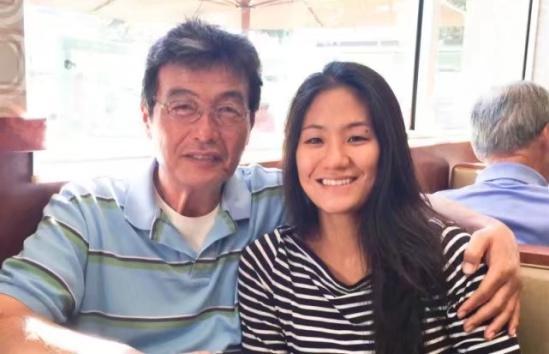 父亲现在的生活已经恢复了正常,他们分离25年,因为摄影而再次相遇。女孩觉得能够再次找回父亲是很幸运的事。