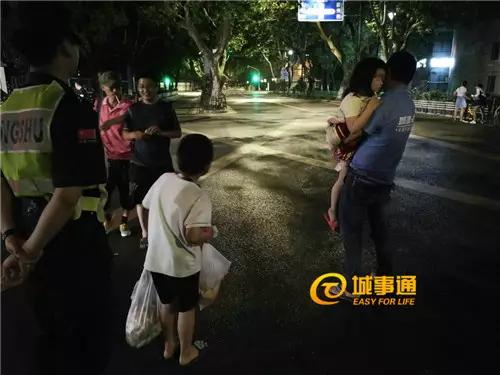 △方师傅(右侧)抱着诺诺,浩浩提着两袋药物和食品(好心人送的),阿宇在给周边的人分烟
