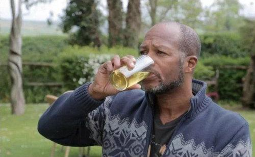 英国一名54岁男子近来公开声称喝尿让他瘦了50公斤,还治好了气喘。