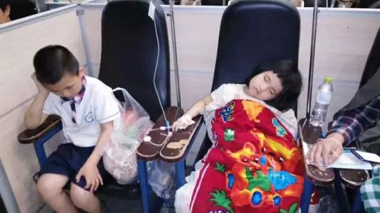 △ 左边的男孩是哥哥浩浩,右边是诺诺,这场面让人心酸