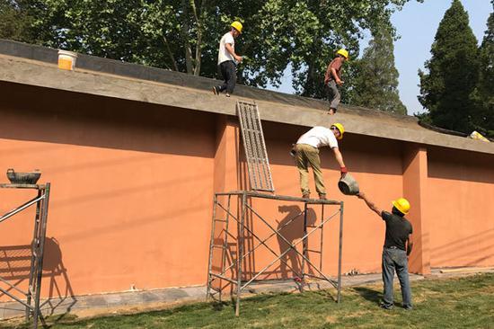 图:施工人员对部分房屋进行后期修缮