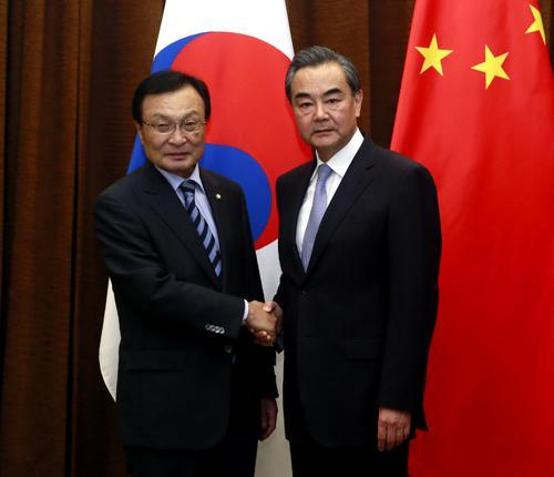 2017年5月18日,外交部长王毅在北京会见韩国总统特使李海瓒。