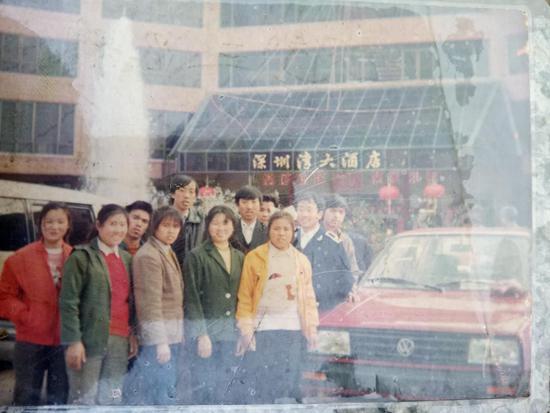 1990年,安德礼(右二)与老乡在深圳留影。