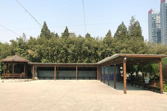 图:双秀公园内原商铺现被拆除 新修建凉亭