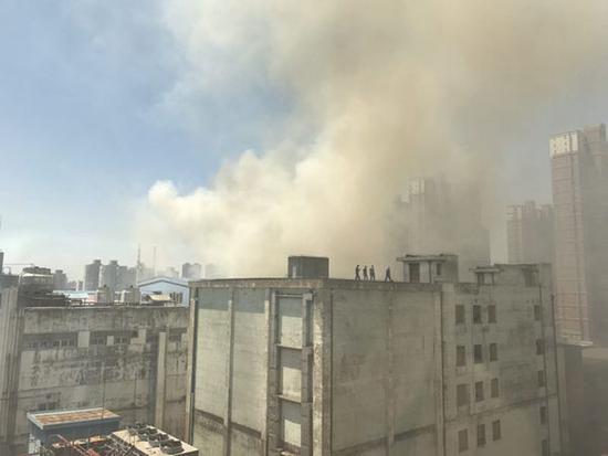 发生火情位置浓烟滚滚。网友图