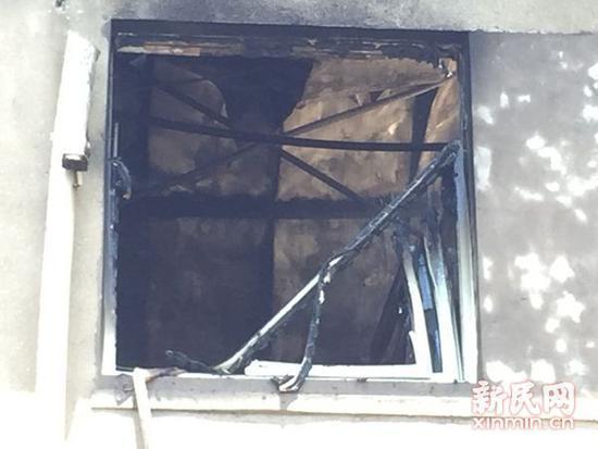 窗框被烧掉落。网友供图