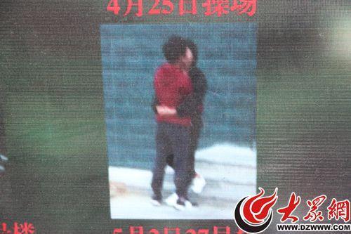 在曝光台展板上,被公開的情侶親密照多是側面,正面的照片均已打碼。