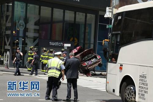 纽约时代广场汽车冲撞行人致1死22伤 伤者送医图片