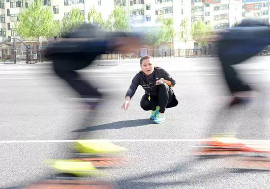 张杰(中)在指导队员们进行训练(5月12日摄)。新华社记者王凯摄