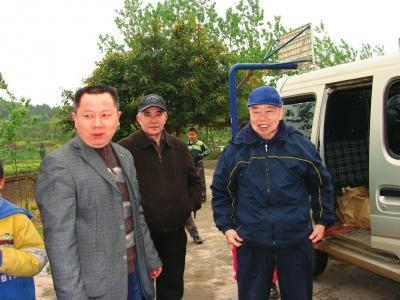 美籍华人吴仲良(右)返回故里考察学校。(资料图片)