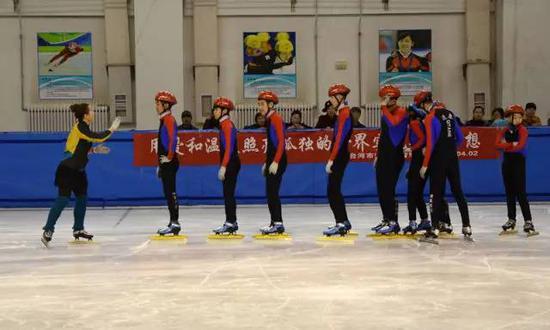 2016年4月2日,张杰(左一)带领队员们在训练。新华社发(资料照片)