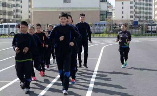 张杰(右一)在带领队员们进行训练(5月12日摄)。新华社记者王凯摄