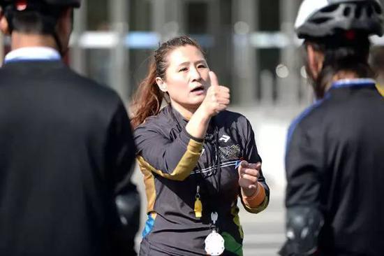 """张杰(中)在训练时,给孩子们""""点赞"""",以示鼓励。(5月12日摄)。新华社记者王凯摄"""