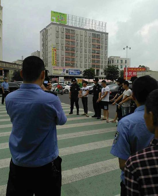 落网的部分疑犯在指认现场。广州日报图