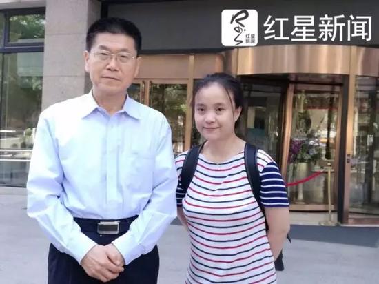 ▲公安部原消息谈话人武战争(左)跟红星消息记者
