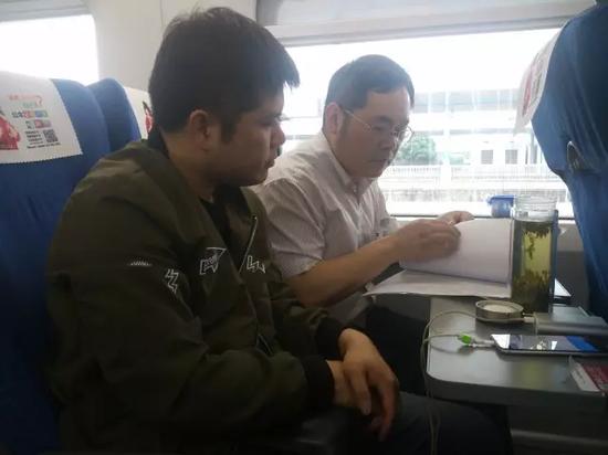(民警在火车上研究案情)